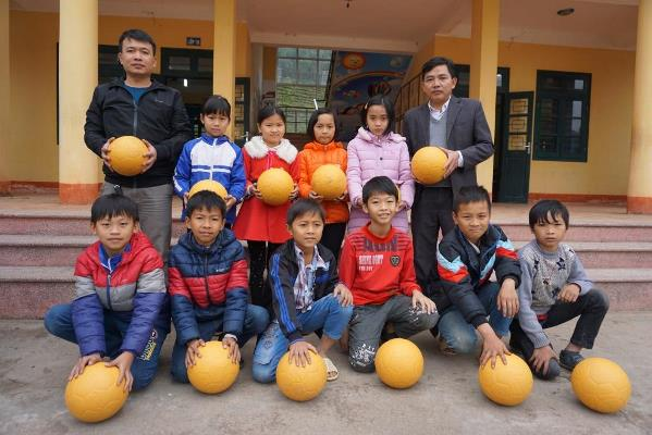 Ty - CWS staff - handovered the balls to Quan Chu primary school. Photo: CWS