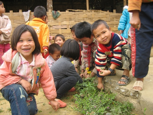 cws-vietnam_girls-and-boys-in-muong-te